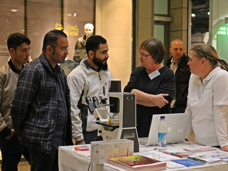 Mitarbeiterinnen des Instituts für Immunologie im Gespräch mit Besuchern